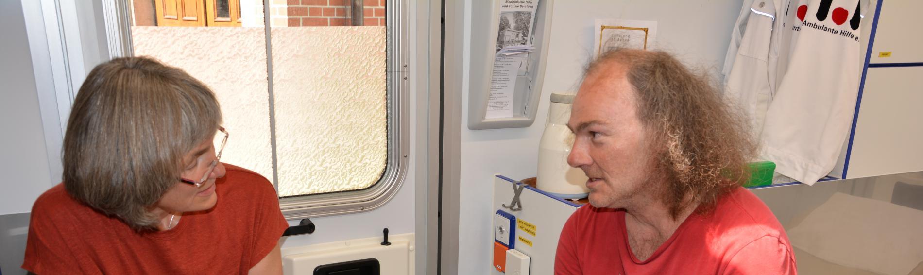 Ärztin und Patient im MedMobil Stuttgart
