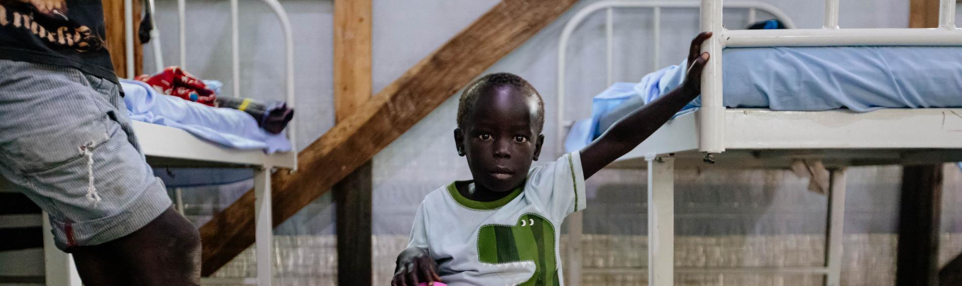 In der Gesundheitseinrichtung blickt ein kleiner Junge in die Kamera, © Sébastien Duijndam