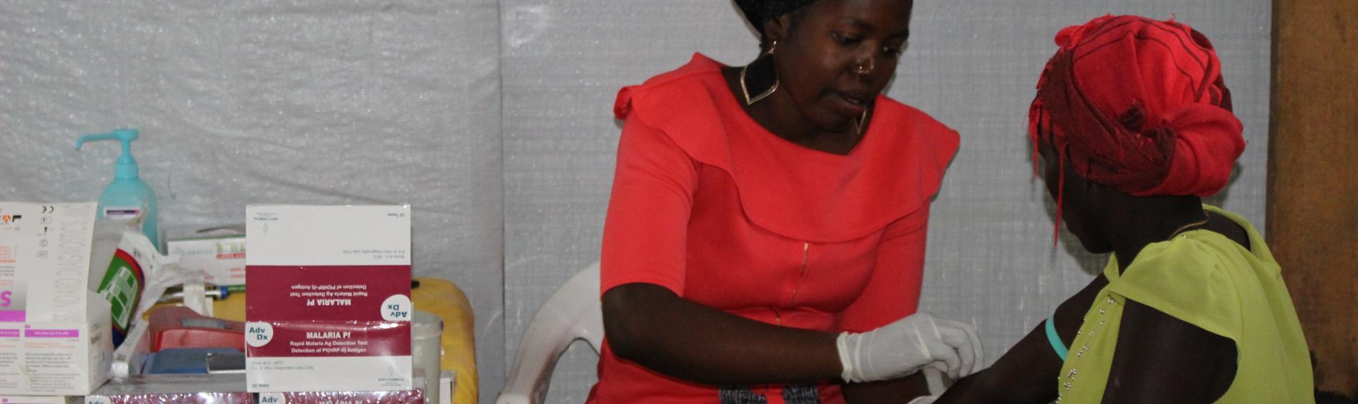 Eine Ärztin versorgt eine Patientin im Camp. Foto: Ärzte der Welt