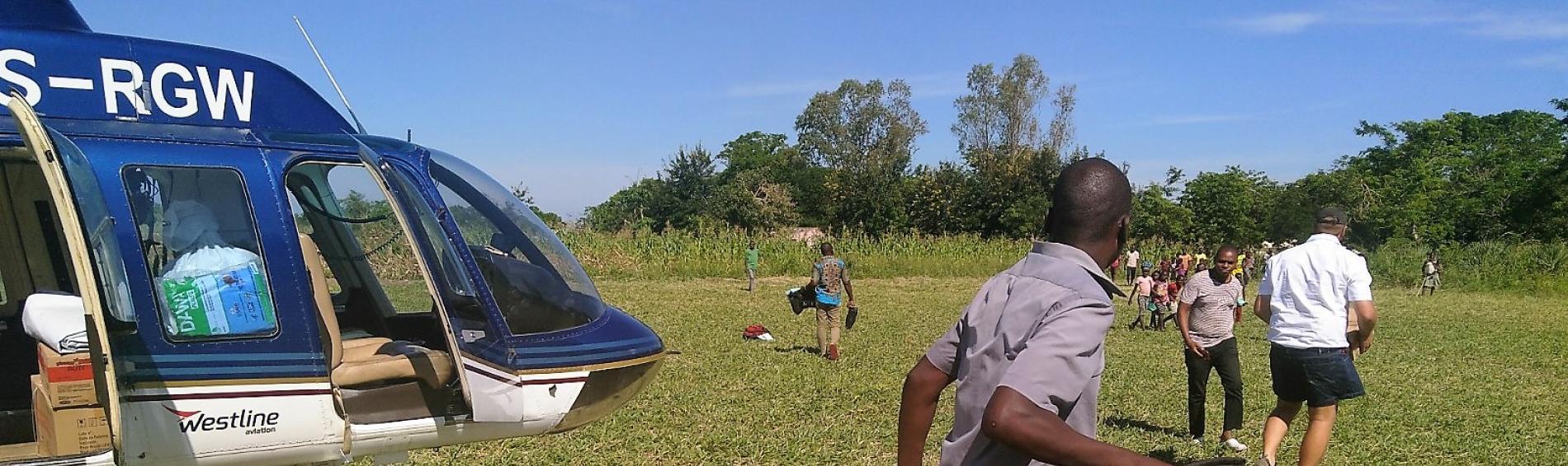 Medizinische Helfer landen mit Hubschrauber in Mosambik