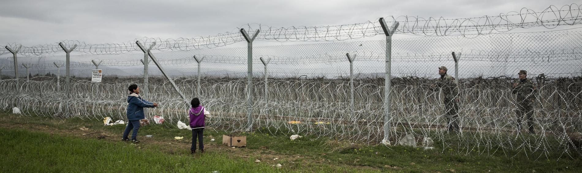 Kinder am Grenzzaun in Griechenland. Foto: Ärzte der Welt