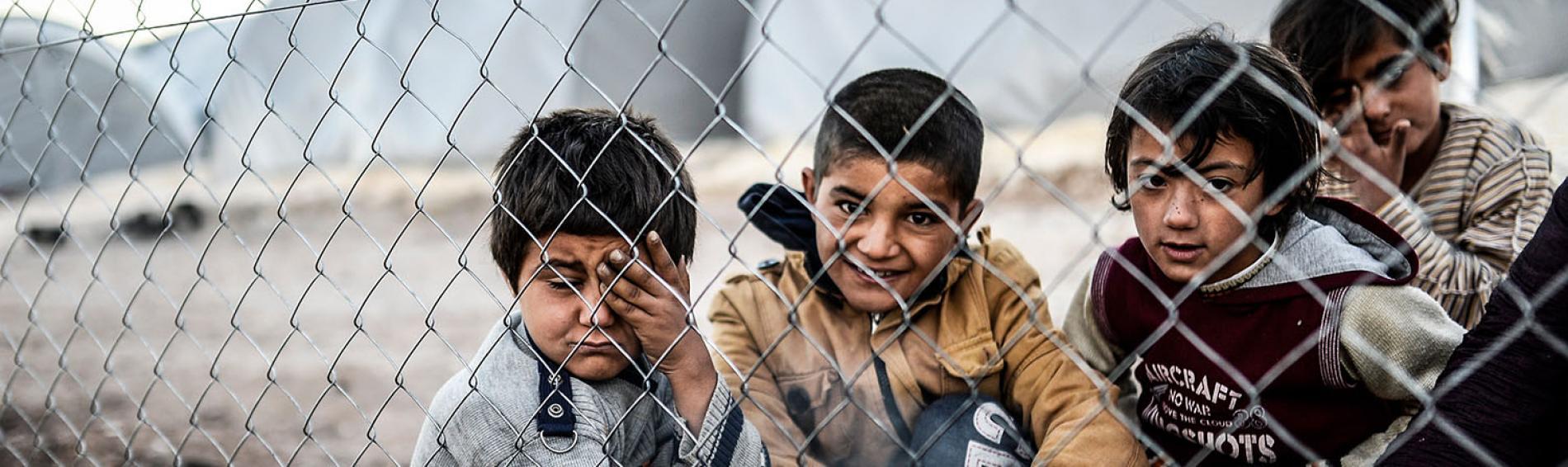 Kurdische Kinder kochen sich einen Tee am offenen Feuer in einem irakischen Flüchtlingscamp. Foto: Bulent Kilic