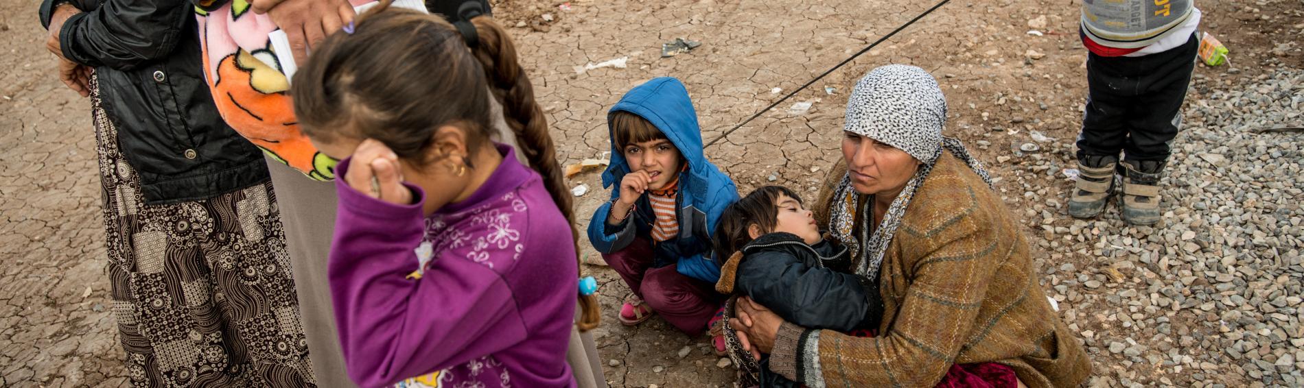 Kinder, Frauen und Männer fliehen aus Mossul und suchen Schutz in Flüchtlingscamps. Foto: Guillaume Pinon
