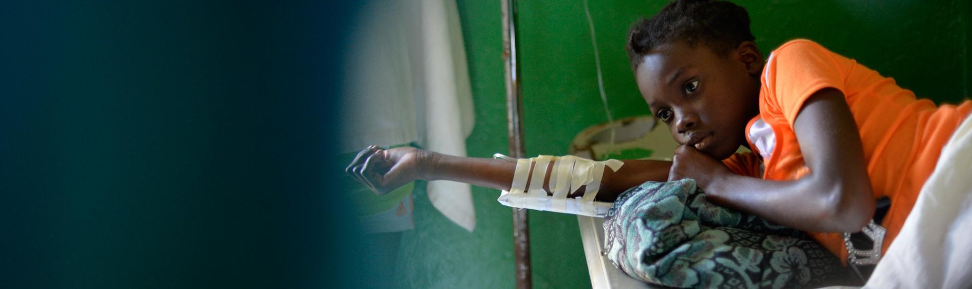 Ein Mädchen erhält eine Behandlung gegen die Cholera im Ärzte der Welt Zentrum. Foto: Benoît Guénot