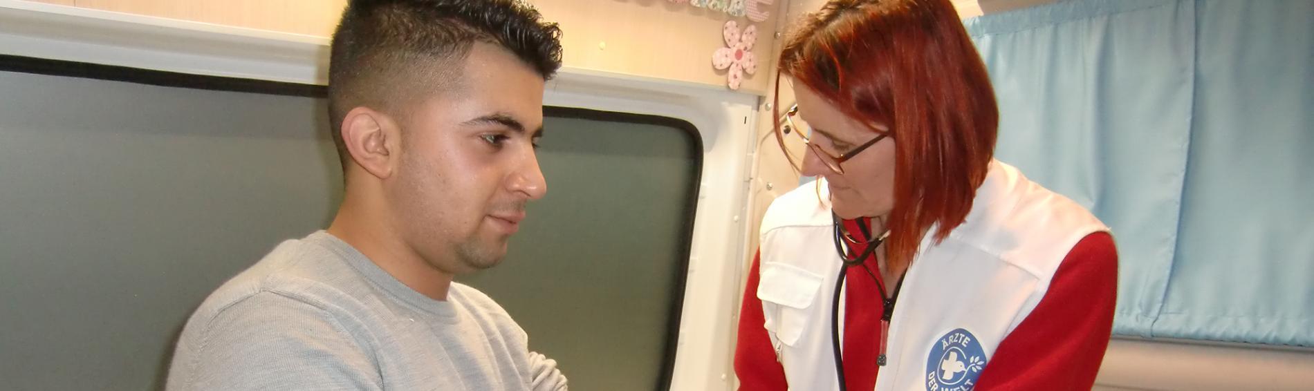 Ärzte untersuchen Flüchtlinge im Behandlungsbus. Foto: Ärzte der Welt