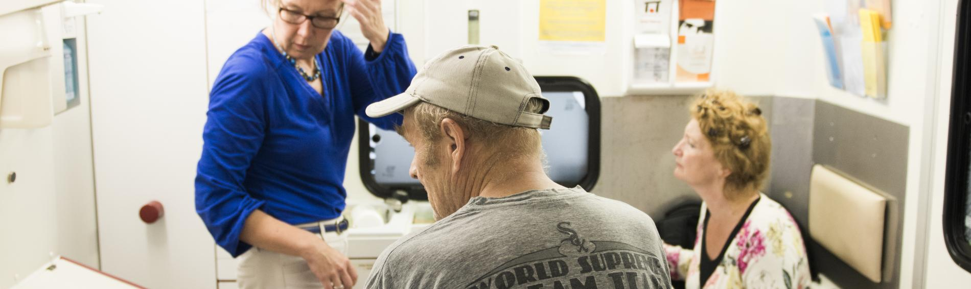 Patient im MedMobil Stuttgart. Foto: Ärzte der Welt