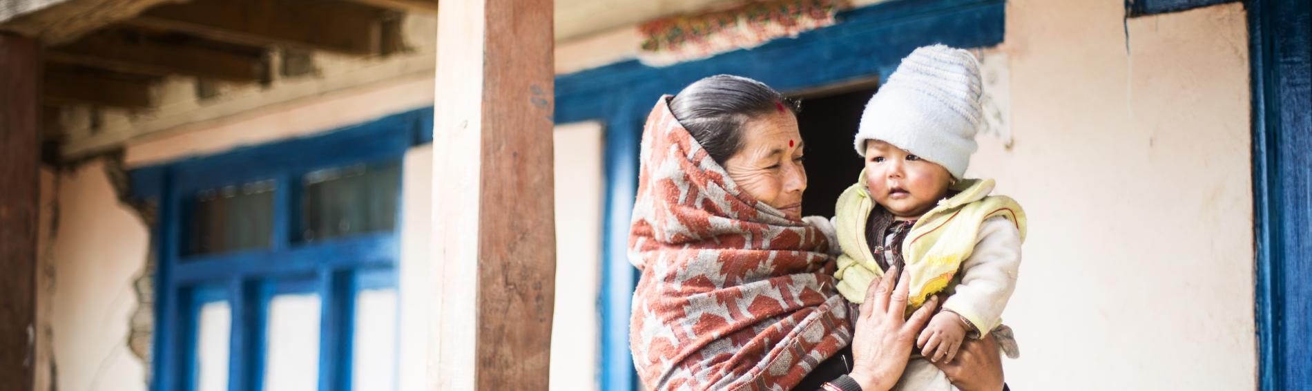 Großmutter und Kind in Nepal. Foto: Ärzte der Welt