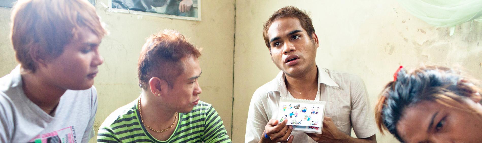 Kyaw Myo Thu gibt Aufklärungskurse für Homosexuelle. Foto: William Daniels
