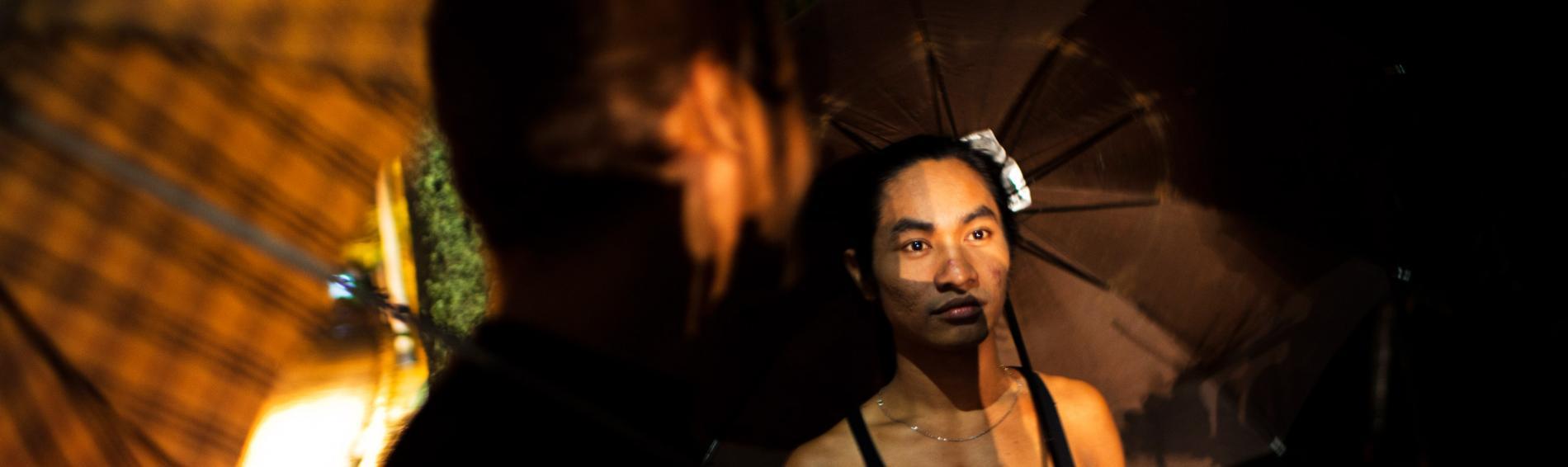 Kyaw Myo Thu klärt Homosexuelle über Risiken auf und verteilt Kondome. Foto: William Daniels