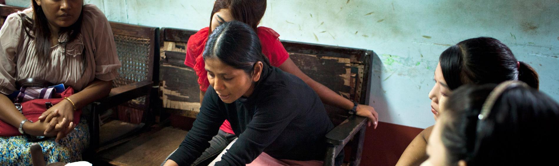 Eine Ehrenamtliche klärt Sexarbeiter über die verschiedenen Vorsichtsmaßnahmen auf. Foto:  William Daniels