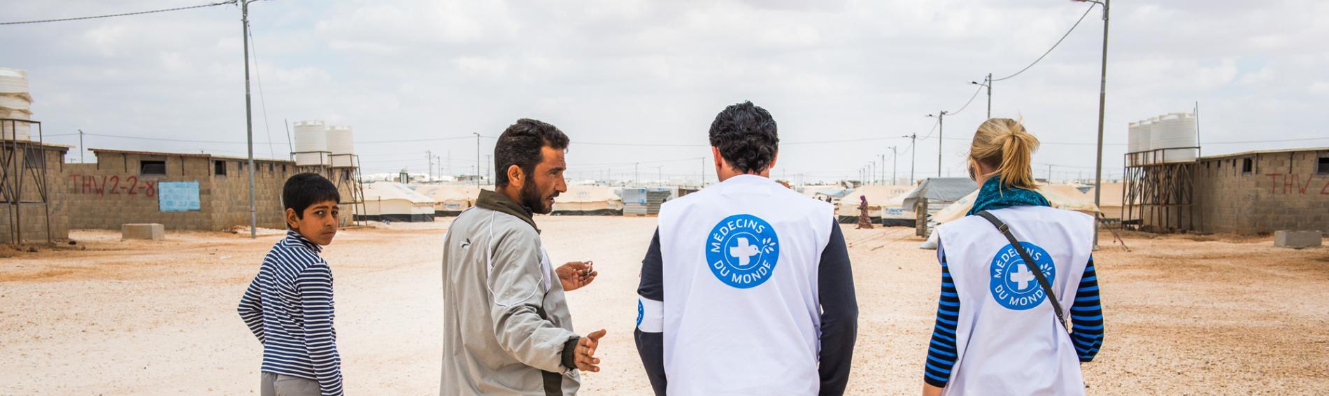 Ärzte der Welt vor einem Flüchtlingscamp in Jordanien Foto: Clément Mahoudeau