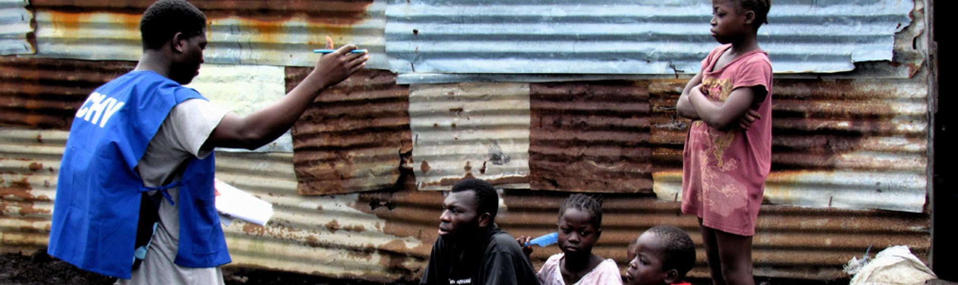 Ehrenamtliche informieren die Bevölkerung, wie man sich vor einer Ebola-Infektion schützen kann. Foto: DR