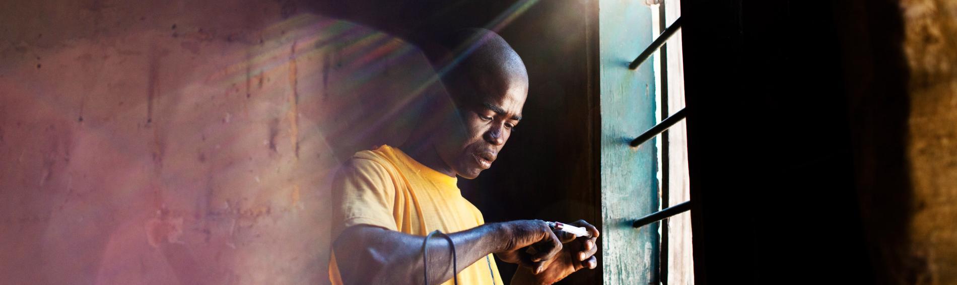 Ein Drogenabhängiger in Dar es Salaam. Foto: William Daniels