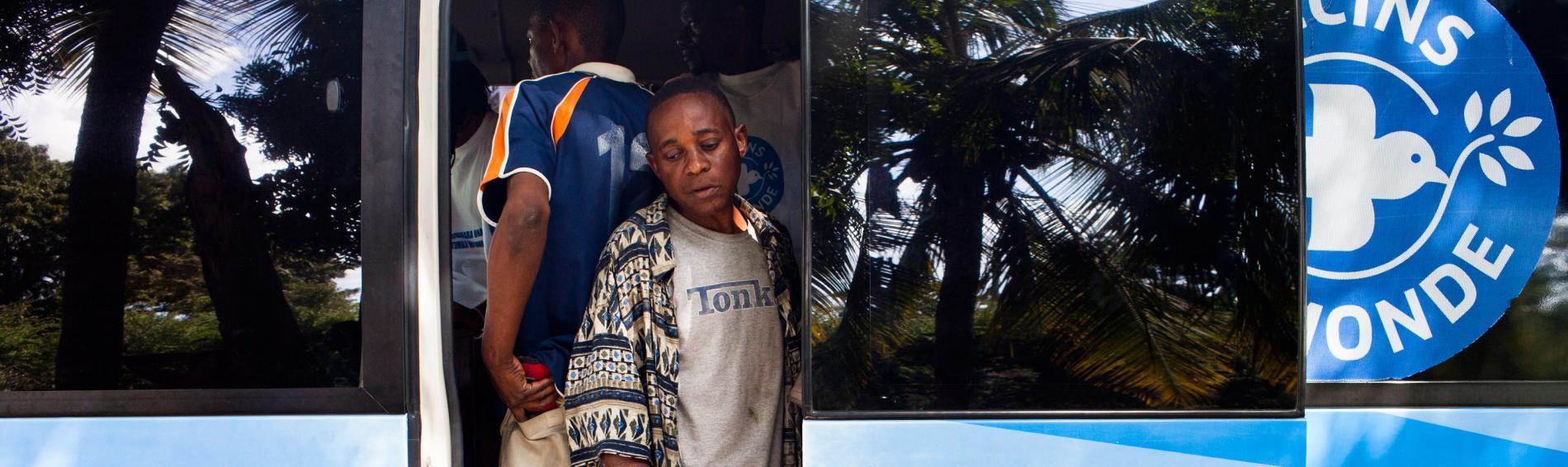 Der Ärzte der Welt Bus fährt Drogenkonsumenten auf den Straßen von Dar es Salaam an. Foto: William Daniels