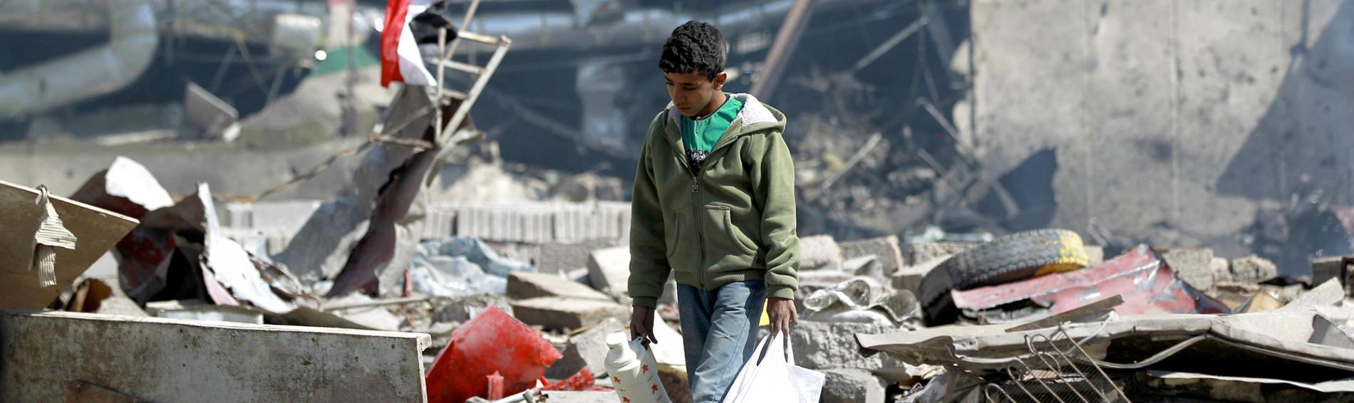 Ein Junge in den Trümmern seiner Stadt in Jemen. Foto: Ärzte der Welt