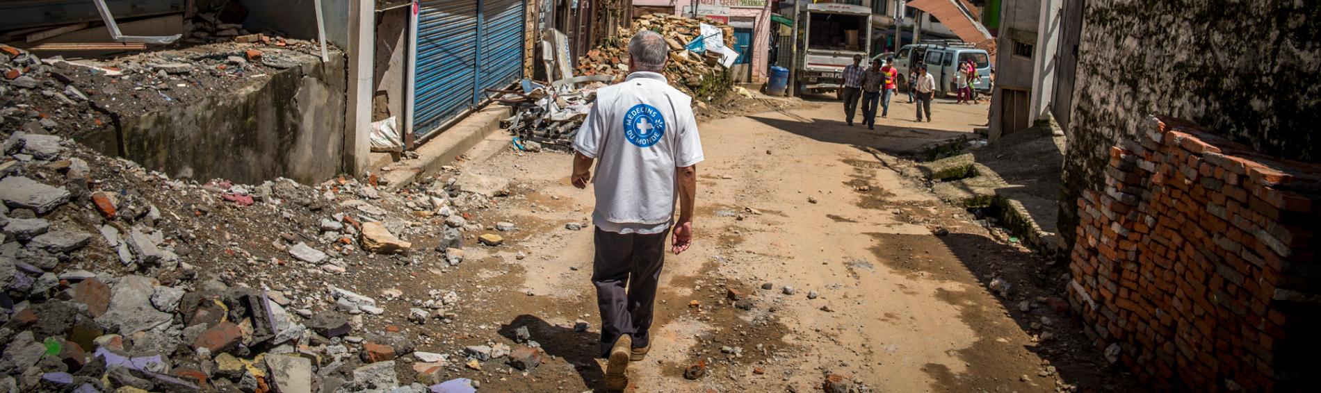 Ein Einsatzhelfer in Nepal. Foto: Olivier Papegnies
