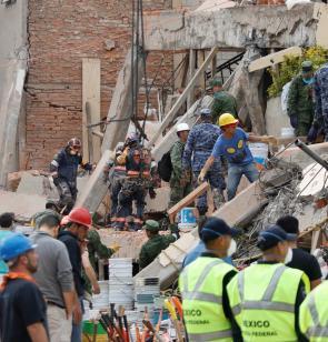 Helfer zwischen Trümmern nach Erdbeben in Mexiko
