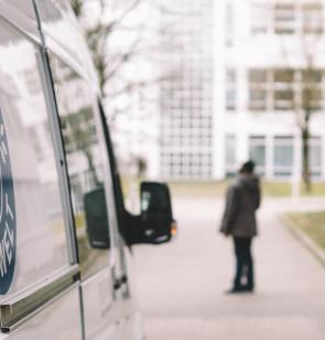 Ärzte der Welt-Bus vor einer Gemeinschaftsunterkunft für Flüchtlinge in München