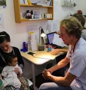 Arzt untersucht Kind in der open.med-Sprechstunde. Foto: Mike Yousaf