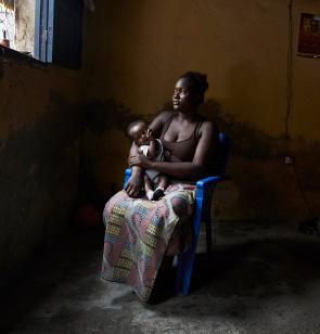 Junge Kongolesin mit Baby
