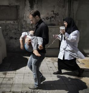 Vater trägt sein verletztes Kind