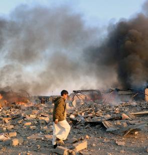 Ein Junge geht über ein Trümmerfeld im Jemen. Foto: Reuters