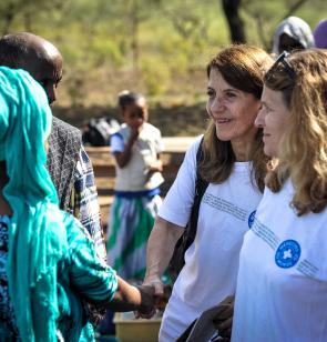 Françoise Sivignon mit Kooperationspartner während einer Projektreise in Äthiopien.