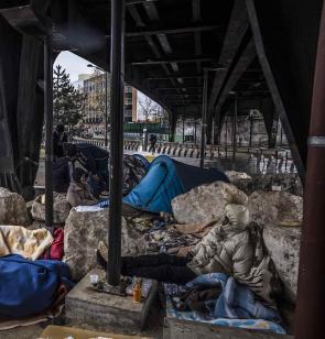In der französischen Hauptstadt sind viele Migrant*innen gezwungen, in behelfsmäßigen Lagern unter desatrösen hygienischen Bedingungen zu kampieren. Pgoto: Olivier Papegnies