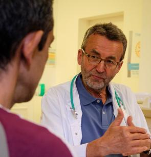Gespräch in der Praxis von Ärzte der Welt und hoffnungsorte in Hamburg