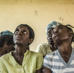 Frauen in Haiti schauen besorgt nach oben
