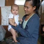 Mutter in Laos mit ihrem Baby. Foto: Lam Duc Hien