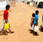 Kinder tragen Wasserkanister im Jemen. Foto: AFP